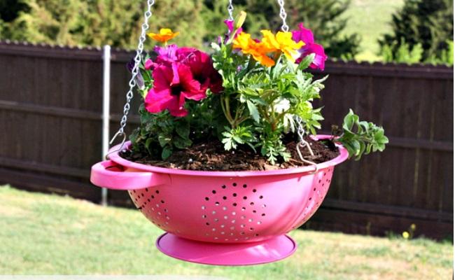 imagenes con objetos reciclados para decorar el jardin con