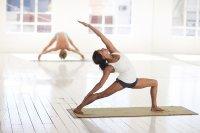 Chicas realizando posturas de Yoga