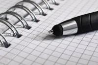 Bolígrafo sobre papel cuadriculado