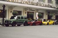 Coches lujosos aparcados frente a Hotel de lujo