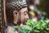 Imagen de una estatua de un Buda de perfíl