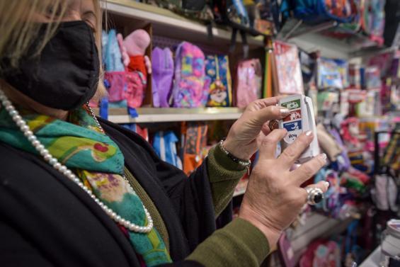 El Municipio continúa entregando botones de alerta a comerciantes