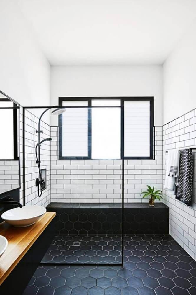 banheiro com piso preto