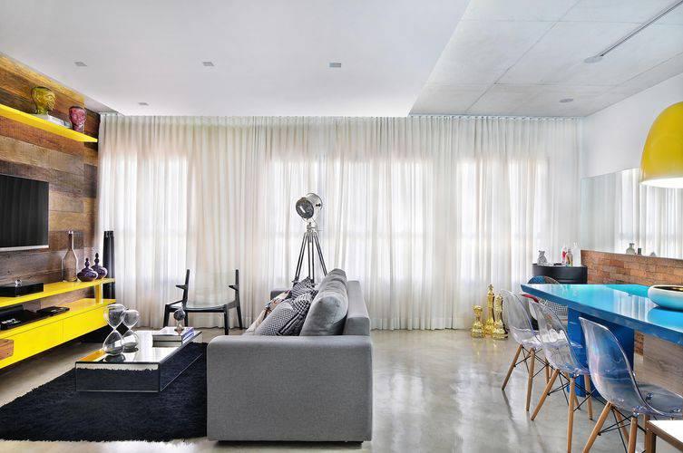 27083- sala de estar com piso de cimento queimado -ibdarquitetura