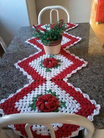 Caminho de mesa de croche vermelhoe branco