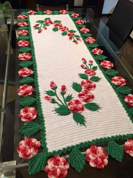 caminho de mesa de croche flores rosas e brancas