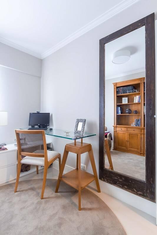 Escrivaninha home office com espelho