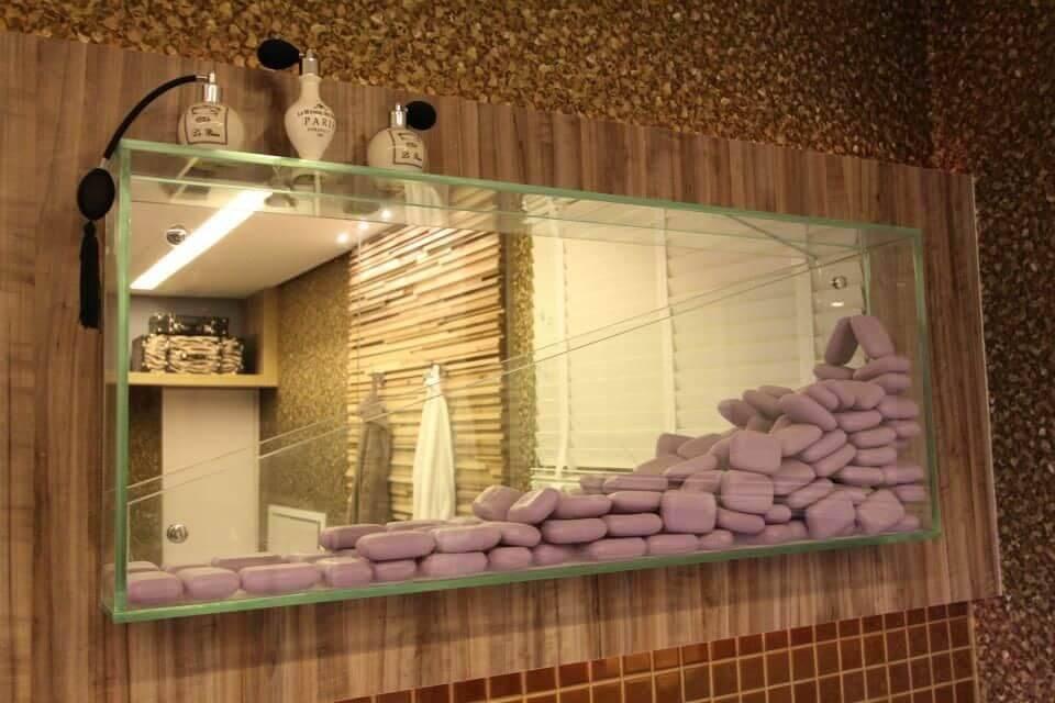 Decoração de banheiro com nicho decorativo com sabonetes Projeto de Amaury Jr