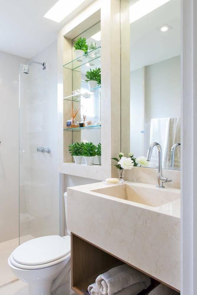 Decoração de banheiro com nicho e prateleiras de vidro Projeto de Sesso e Dalanezi