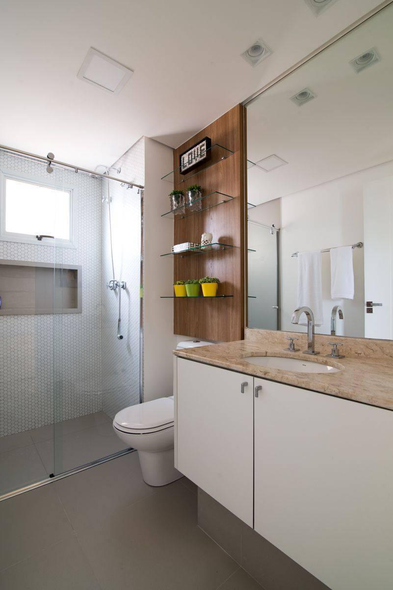 Decoração de banheiro com prateleiras de vidro Projeto de Danyela Correa