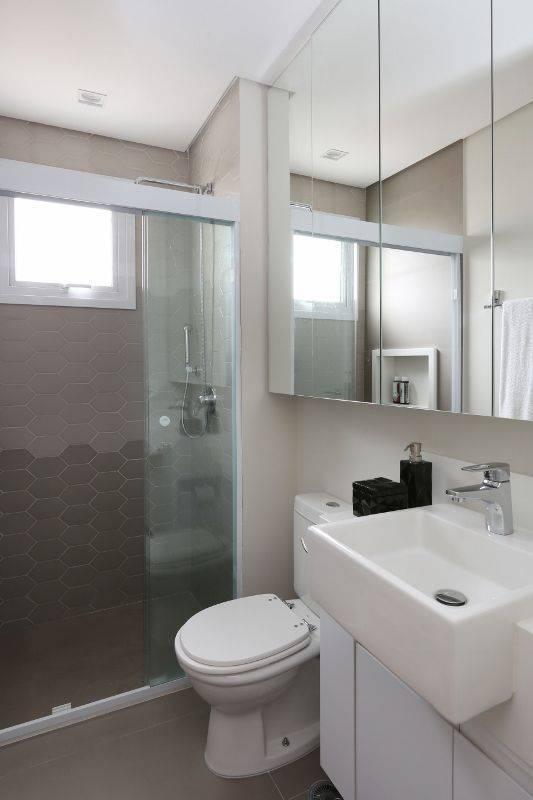 Decoração de banheiro simples com armário espelhado e gabinete Projeto de Renata Cafaro