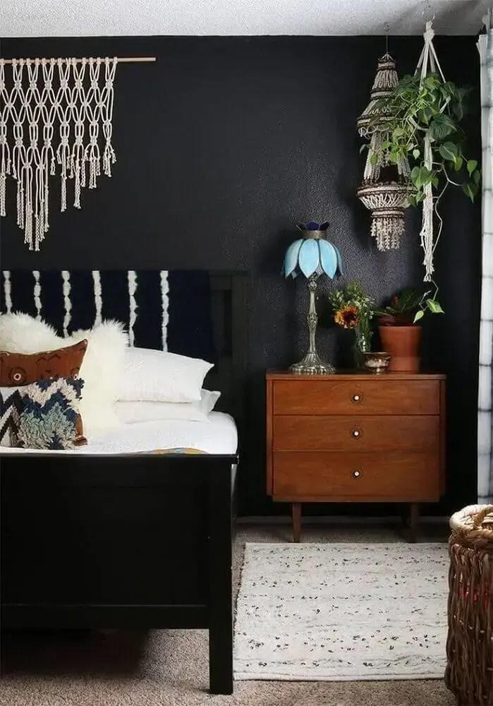 quarto com parede preta decorado com móveis de madeira