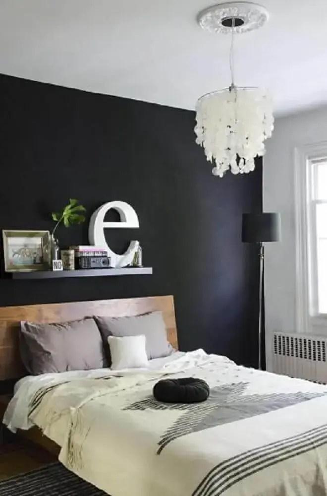 quarto preto decorado com móveis de madeira
