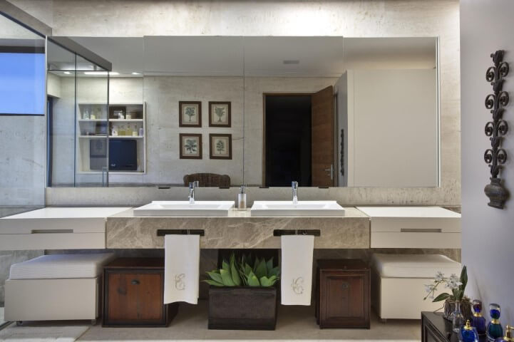 Banheiro com quadros, puffs e planta Projeto de Eduarda Correa