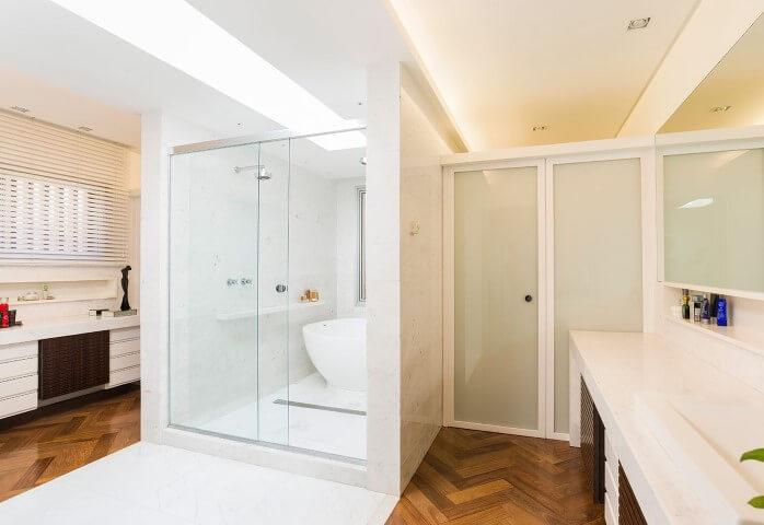 Banheiro de luxo amplo com piso de madeira Projeto de Leonardo Muller