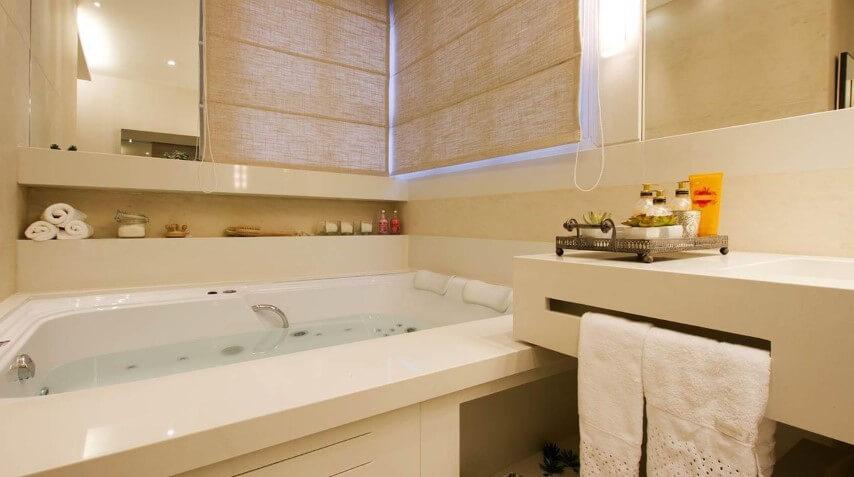 Banheiro de luxo com acabamento de granito Projeto de Cilene Monteiro Lupi