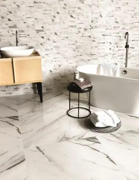Banheiro de luxo com chão de mármore Projeto de Portobello