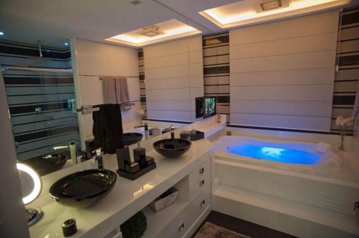Banheiro de luxo com cubas pretas Projeto de Paulinho Peres