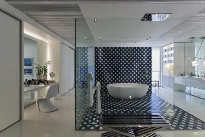 Banheiro de luxo com divisória de vidro Projeto de Roberto Migotto