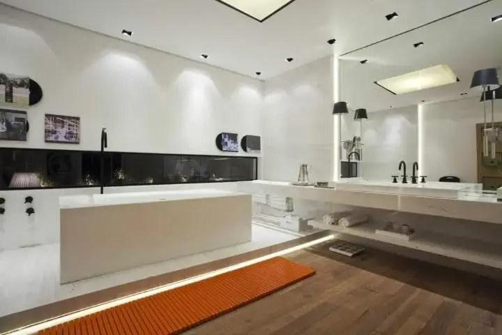 Banheiro de luxo com espelho e iluminação embutida Projeto de Olegário de Sá