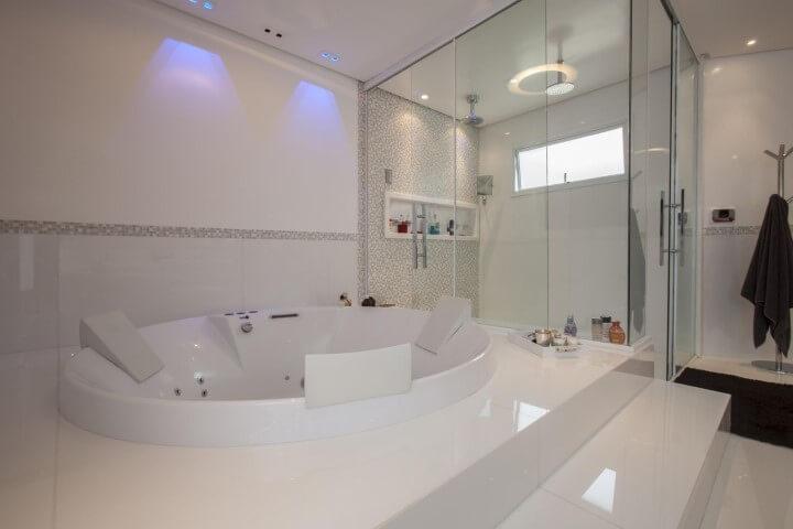 Banheiro de luxo com hidromassagem redonda Projeto de Sandra Sanches
