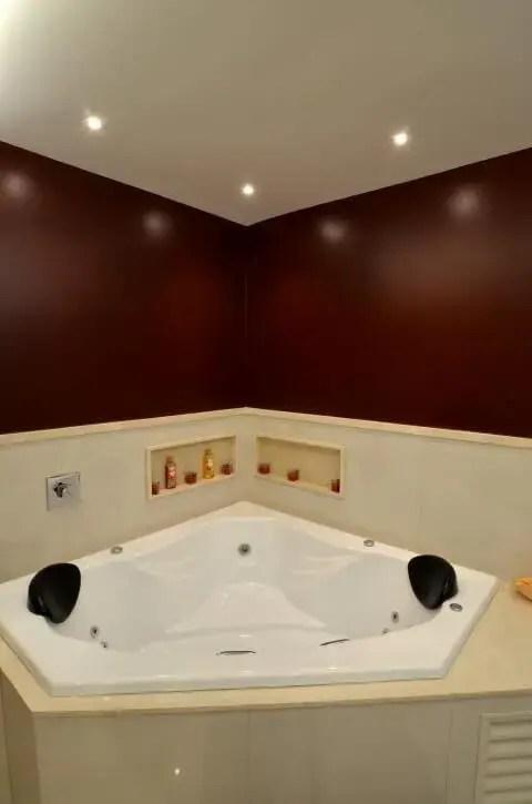 Banheiro de luxo com iluminação em spot Projeto de Sergio Carvalho Ramos