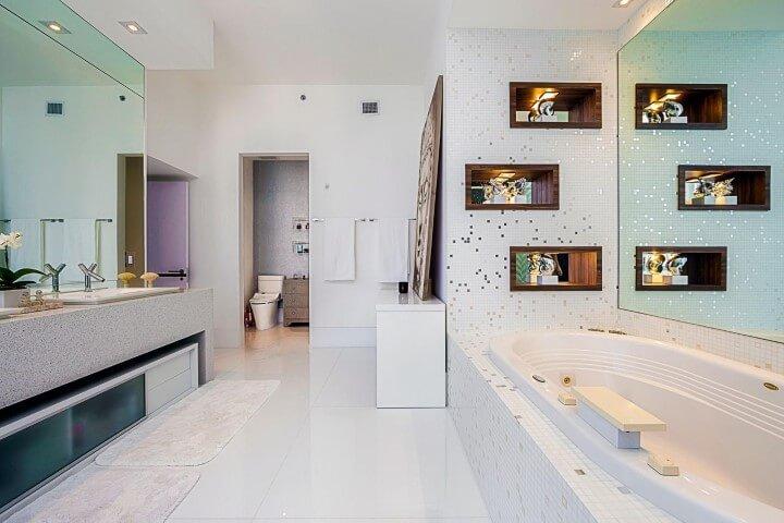 Banheiro de luxo com nichos de madeira Projeto de Infinity Spaces