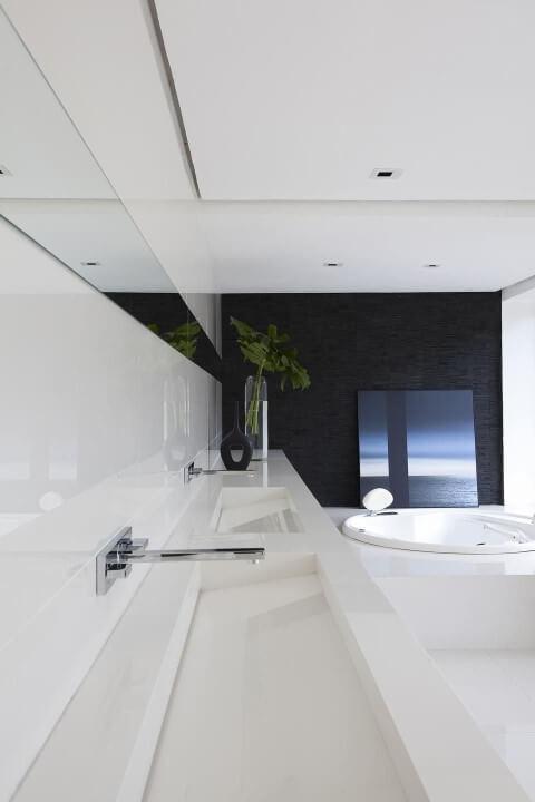 Banheiro de luxo com parede escura Projeto de Francisco Calio