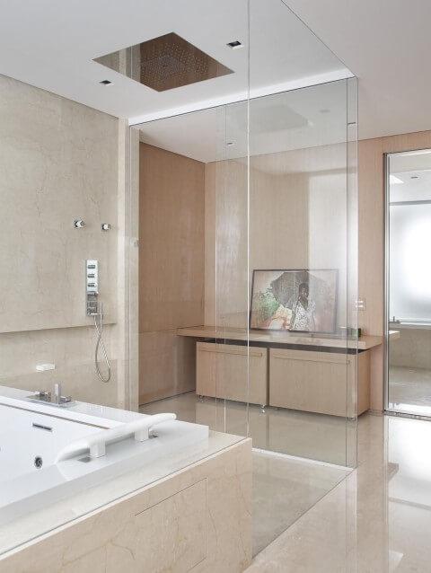 Banheiro de luxo com quadro Projeto de Patricia Martinez