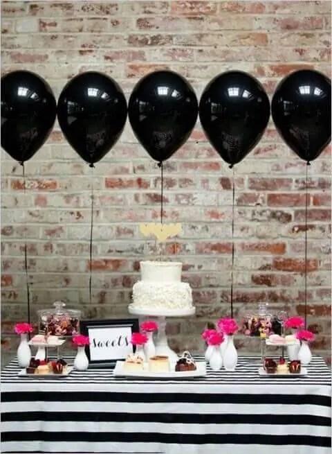 Decoração de aniversário simples com balões na mesa