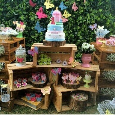 Decoração de aniversário simples com caixotes de madeira