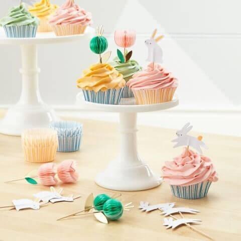 Decoração de aniversário simples com cupcakes com decorações DIY