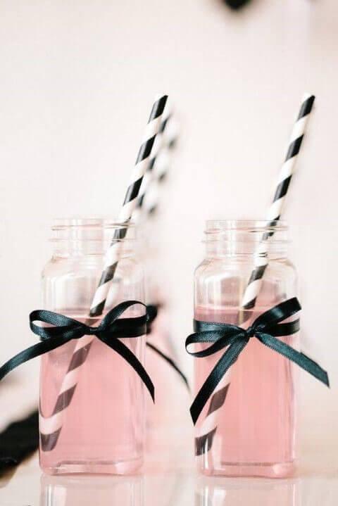 Decoração de aniversário simples com potes usados para bebidas