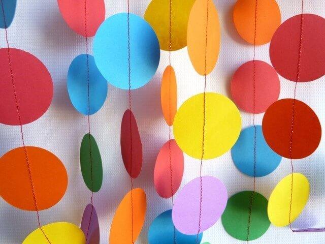 Decoração de aniversário simples com varais de papeis coloridos