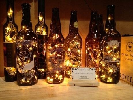 Decoração de aniversário simples masculino com luminária de garrafa de cerveja