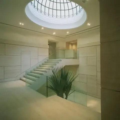 Hall de entrada com claraboia de domo Projeto de Kiko Salomão