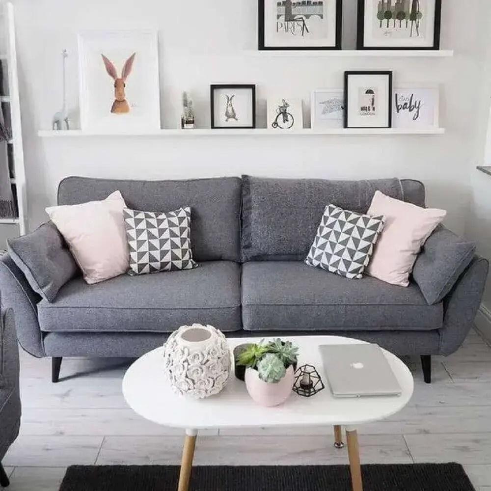 sala com sof cinza e almofadas cor de rosa