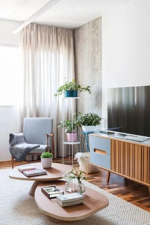 Sala de estar com rack retrô Projeto de Ina Arquitetura