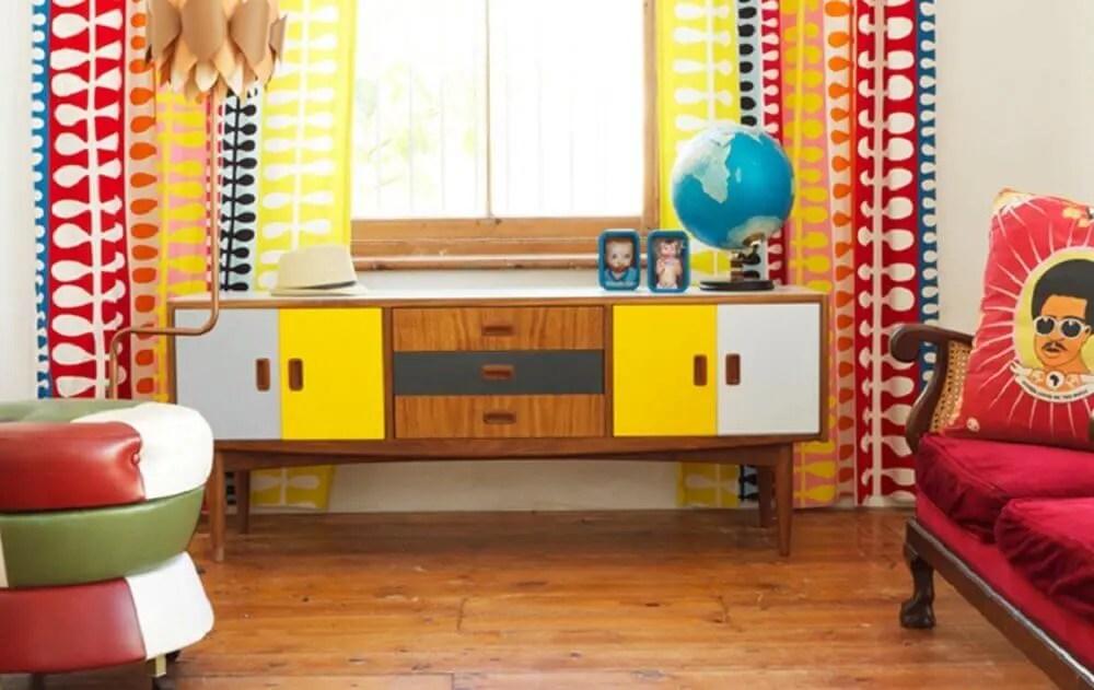 rack retrô de madeira com portas coloridas para decoração de sala simples