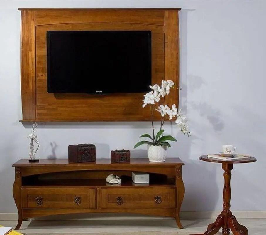 sala com rack retrô de madeira com painel de tv