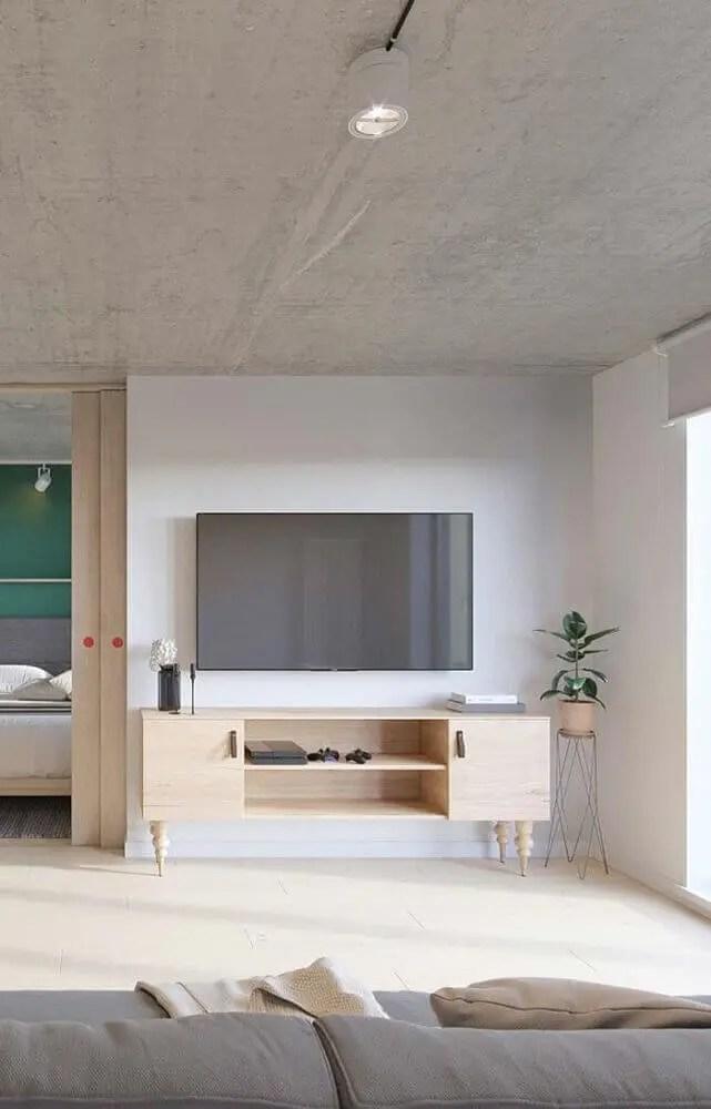 sala de estar clean com rack retrô de madeira clara
