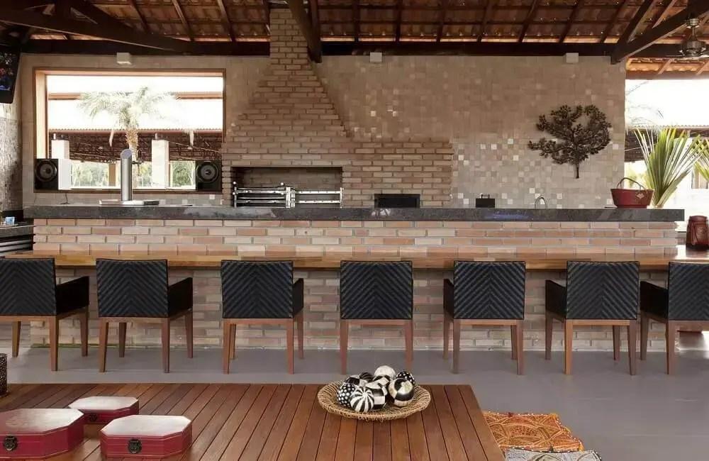 decoração área gourmet rústica com parede de tijolinho