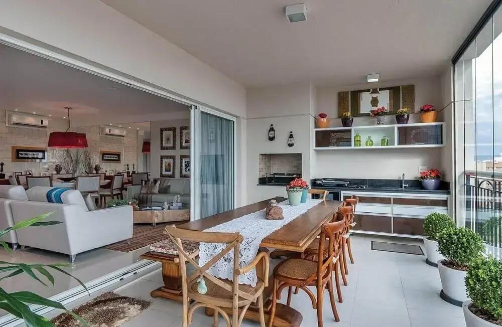varanda de área gourmet com churrasqueira moderna