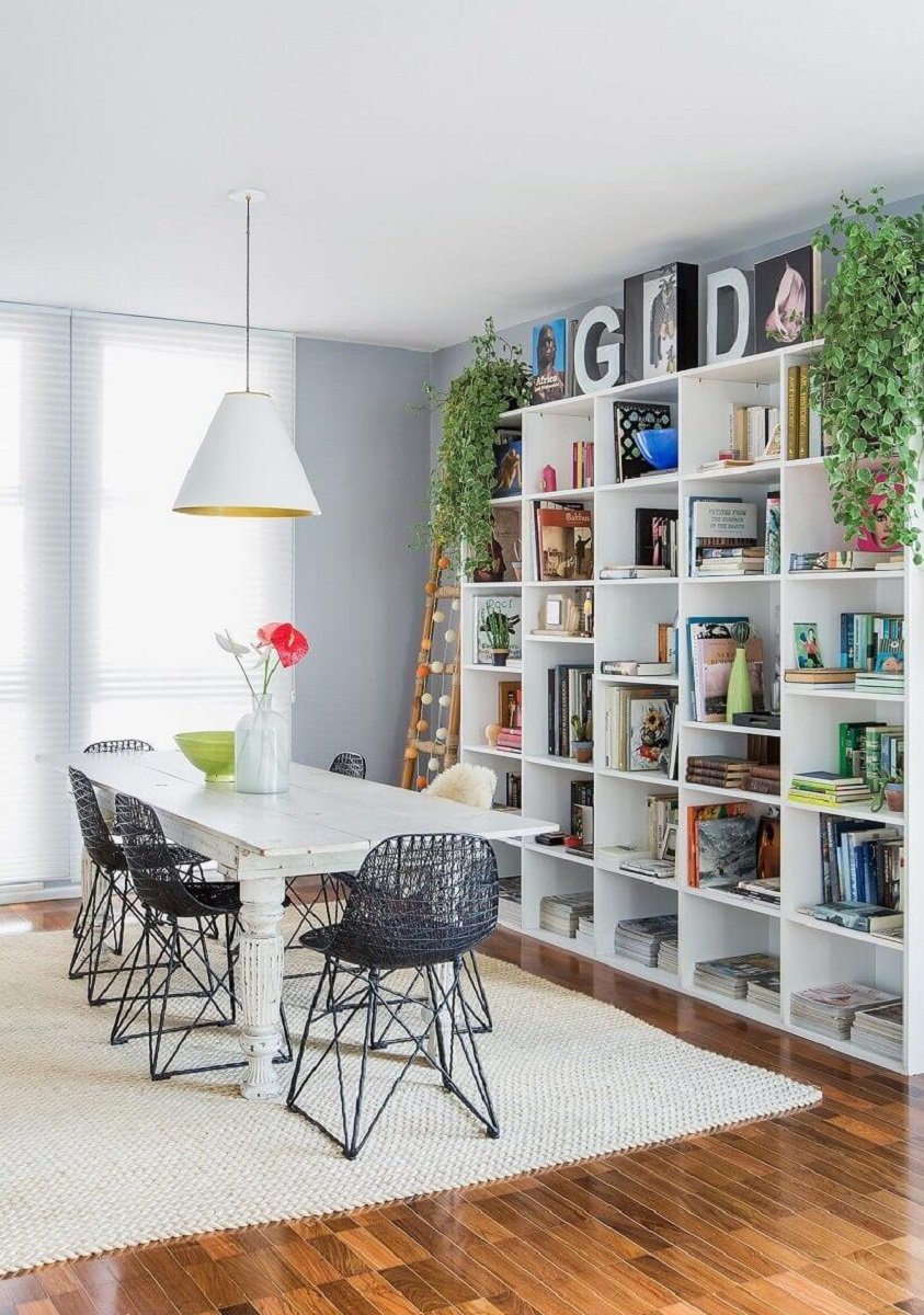 white dining room shelf with modern chairs Foto Pinterest