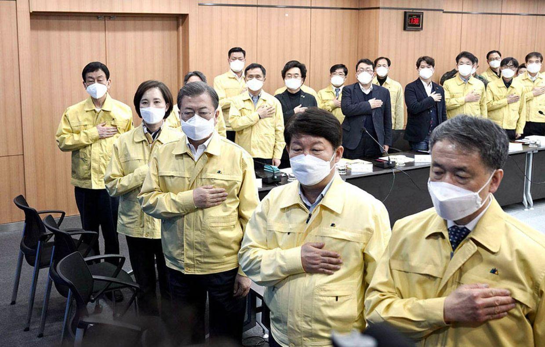 O presidente da Coreia do Su, terceiro na imagem, em 25 de fevereiro.
