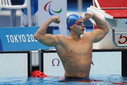 Gabriel Bandeira celebra o ouro nos 100m borboleta classe S14.