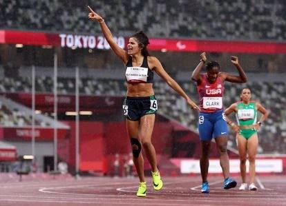 A corredora brasileira Jardênia Felix Barbosa da Silva celebra o terceiro lugar e o bronze nos 400m livre nesta terça-feira.