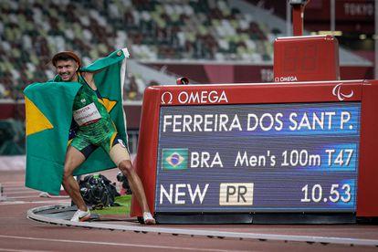 Petrúcio posa ao lado do novo recorde paralímpico.