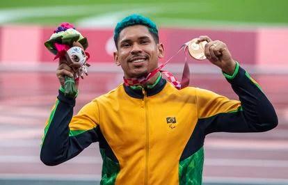 Mateus Evangelista foi bronze no salto em distância.