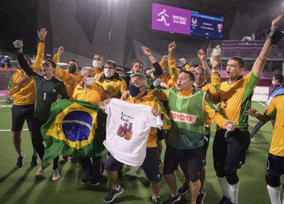 A equipe brasileira celebra a vitória final, sobre a Argentina.